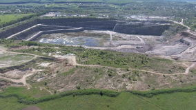 Vista aérea del trabajo en una carrera de la explotación minera almacen de metraje de vídeo