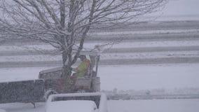 Vista aérea del tractor compacto con la nieve que ara la acera de la ciudad de la limpieza del equipo almacen de metraje de vídeo