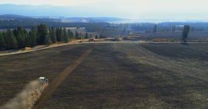 Vista aérea del tractor que mueve el campo encendido cosechado 4k almacen de video