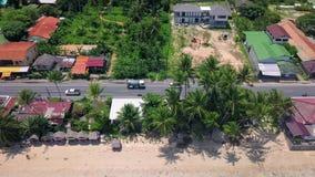 Vista aérea del transporte que mueve encendido la calle a lo largo de la playa en la isla tropical en Tailandia almacen de metraje de vídeo