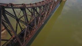 Vista aérea del tren en el puente del ferrocarril sobre el río Ohio en Pennsylvania occidental almacen de metraje de vídeo