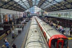 Vista aérea del tren que sale de una estación de metro subterráneo en Londres foto de archivo