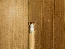Vista aérea del trigo harevsting de la máquina segadora foto de archivo libre de regalías