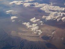 Vista aérea del valle del desierto y de Alfalfa, visión desde el asiento de ventana fotos de archivo libres de regalías