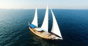 Vista aérea del velero de Palinuro en el mar metrajes
