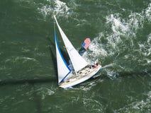Vista aérea del velero que compite con adelante Imagenes de archivo
