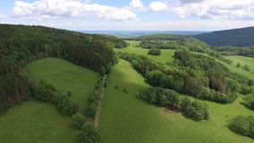 Vista aérea del verano en montañas polonia Bosque y nubes del árbol de pino sobre el cielo azul Visión desde arriba almacen de metraje de vídeo