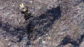 Vista aérea del vertido grande Descarga de basura inútil, contaminación ambiental metrajes