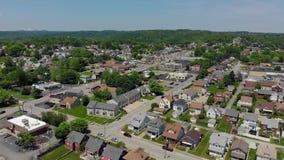 Vista aérea delantera de la pequeña ciudad del Pennsylvanian almacen de video