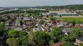 Vista aérea delantera de la pequeña ciudad del Pennsylvanian metrajes