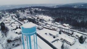 Vista aérea delantera de levantamiento lenta del invierno en vecindad residencial almacen de metraje de vídeo