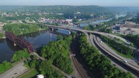 Vista aérea delantera lenta de la pequeña ciudad de Pennsylvania metrajes