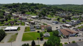Vista aérea delantera lenta del distrito financiero de la pequeña ciudad metrajes