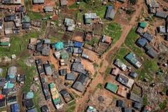 Vista aérea do alojamento da barraca da lata dos rendimentos reduzidos na área urbana fotografia de stock royalty free