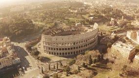 Vista aérea do anfiteatro famoso aglomerado de Colosseum ou de coliseu em Roma, Itália filme