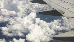 Vista aérea do avião que voa sobre nuvens e terra video estoque