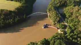 Vista aérea do barco de turista no rio Os turistas estão embarcando ao barco que continuam à parada seguinte perto da baía Rio da video estoque