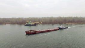 Vista aérea do barco do reboque que empurra a barca vazia filme