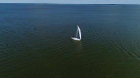 Vista aérea do barco na costa de mar filme
