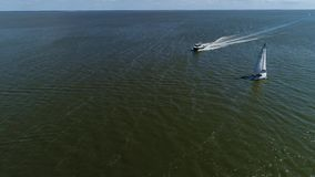 Vista aérea do barco na costa de mar video estoque