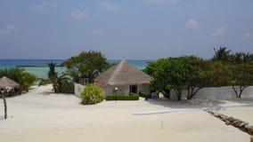 Vista aérea do bungalow dos termas no hotel de resort da ilha tropical com a praia da areia, as palmeiras e Oceano Índico brancos video estoque