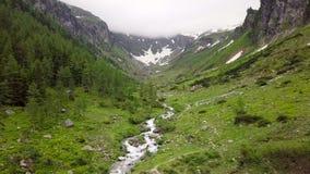 Vista aérea do córrego da montanha nas montanhas alpinas vídeos de arquivo
