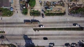 Vista aérea do caminhão da madeira que conduz na estrada na cidade asiática Voo cinemático do tiro do zangão sobre o transporte d video estoque