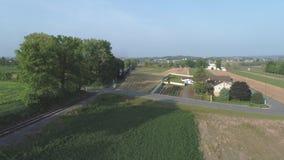Vista aérea do campo amish que espera uma locomotiva de vapor para chegar video estoque