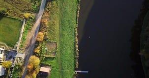 Vista aérea do campo do verão com campos e as casas agrícolas Área da terra no campo com casas e vídeos de arquivo