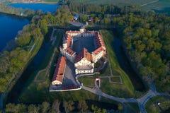 Vista aérea do castelo de Nesvizh, avaliação aérea da manhã de maio Nesvizh, Bielorr?ssia imagem de stock