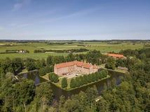 Vista aérea do castelo de Voergaard perto de Dronninglund na península de Jutland do Norte imagem de stock royalty free