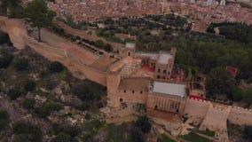 Vista aérea do castelo de Xativa, com céu nebuloso filme