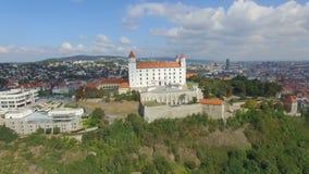 Vista aérea do castelo e do Danube River de Bratislava vídeos de arquivo
