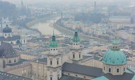 Vista aérea do castelo e do rio bonitos de salzburg em Áustria fotos de stock royalty free