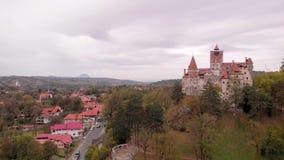 Vista aérea do castelo do farelo em Romênia vídeos de arquivo