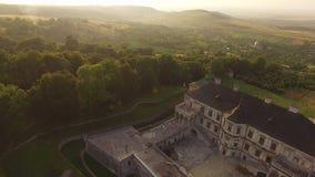 Vista AÉREA do castelo histórico antigo velho entre a floresta em 4k vídeos de arquivo