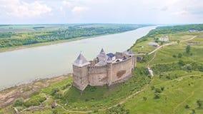 Vista aérea do castelo medieval de Khotyn no monte verde perto do rio video estoque