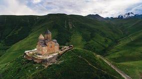 vista aérea do castelo velho em nebuloso verde imagens de stock