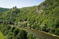 Vista aérea do castelo velho Starhrad de Strecno acima do rio de Vah, Eslováquia fotos de stock royalty free