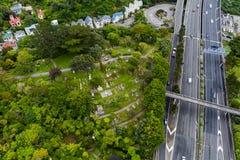 Vista aérea do cemitério de Wellington Urban Motorway And Hillside foto de stock royalty free