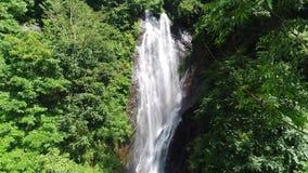 A vista aérea do de cima para baixo da cachoeira flui abaixo da inclinação no pico do ` s de Adam em Sri Lanka filme