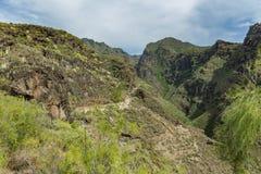 Vista aérea do desfiladeiro famoso do inferno em Adeje Dia ensolarado Céu azul e nuvens acima das montanhas Estrada de seguimento imagem de stock royalty free