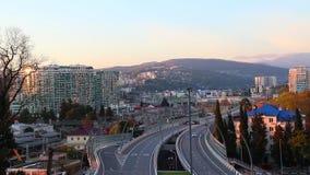 Vista aérea do dobrador da estrada de Kurortnyy Prospekt, Sochi, Rússia vídeos de arquivo