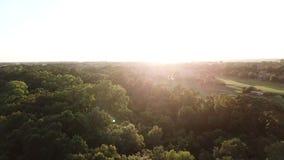 Vista aérea do dron que voa sobre a área residencial filme