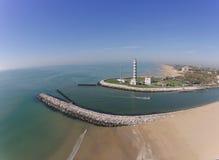 Vista aérea do farol com rio do barco, mar Imagem de Stock