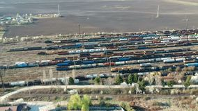 Vista aérea do grande depósito de trem perto de Ploiesti, Romênia video estoque