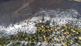 Vista aérea do grande lago durante o dia de mola com neve fotos de stock