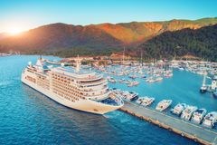 Vista aérea do grande navio branco bonito no por do sol Foto de Stock Royalty Free