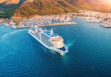 Vista aérea do grande navio branco bonito no por do sol Imagens de Stock