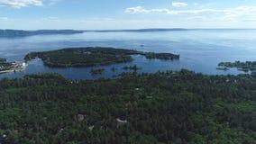 Vista aérea do grande rio no verão durante um voo Movimentos dos barcos no rio filme